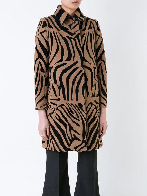 Meisje in een jas met een zebraprint