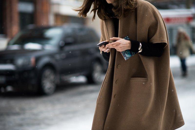 Meisje in een oversized jas met korte mouwen