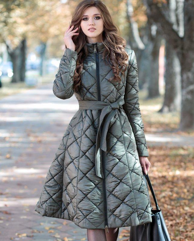 Meisje in een gewatteerde jas met een klokrok en een riem