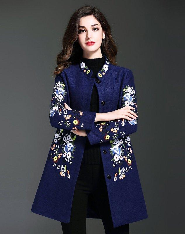 Blauwe jas met borduursel