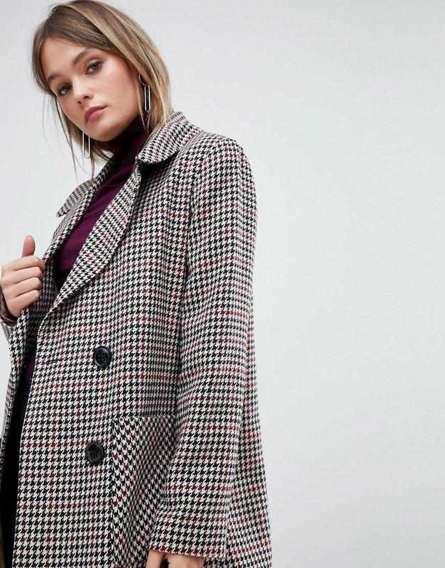 Meisje in een jas met een print ganzenvoet
