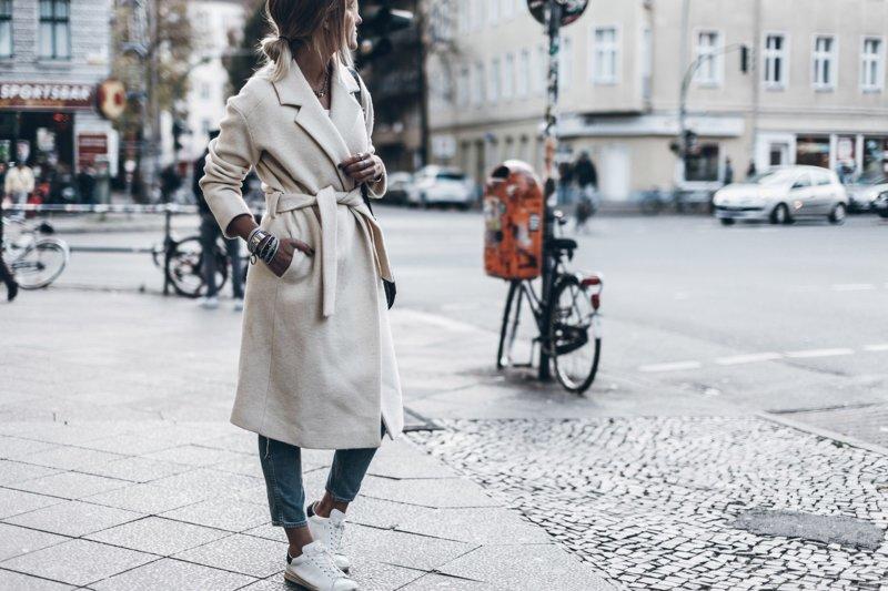 Meisje in een langwerpige jas