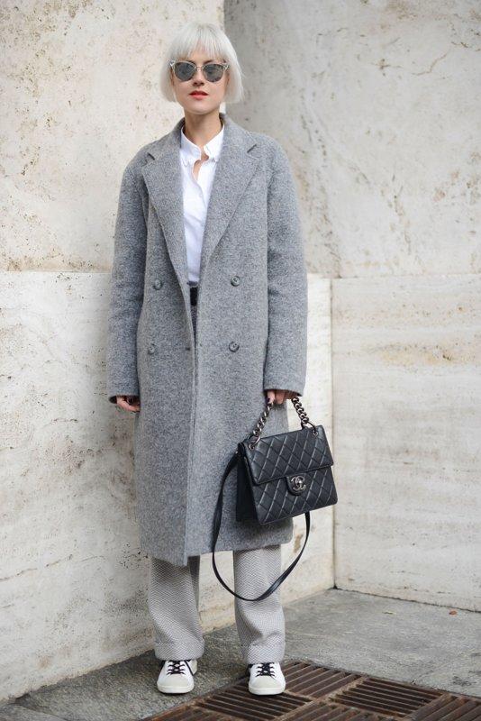 Grijze overjas gecombineerd met een wijde broek