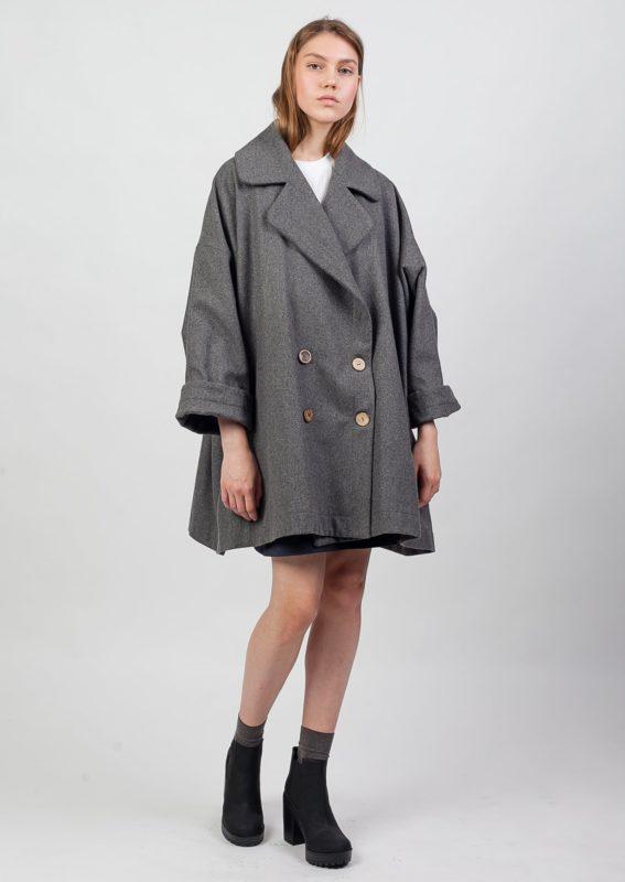 Meisje in een oversized jas