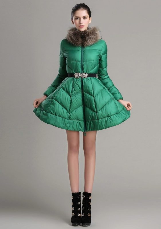 Groene gewatteerde jas met klokrok en bontkraag