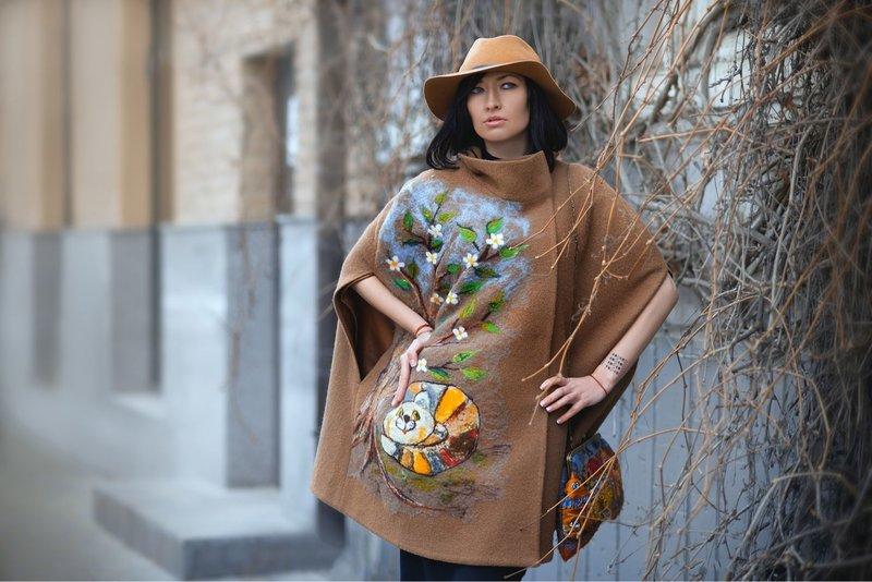 Meisje in een cape jas met een interessante print