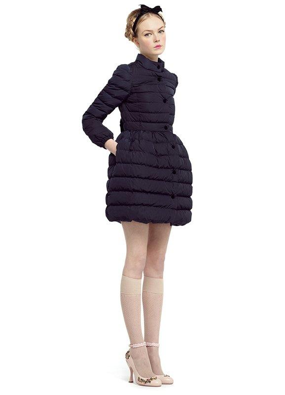Meisje in een gewatteerde jas met een klokrok