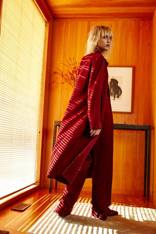 Rode overjas met rode wijde broek
