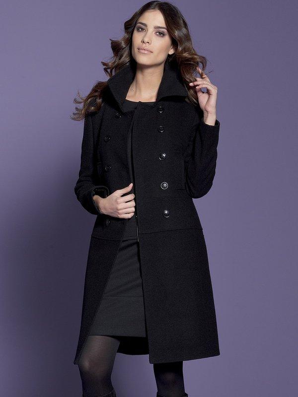 Meisje in een zwarte jas met dubbele rij knopen