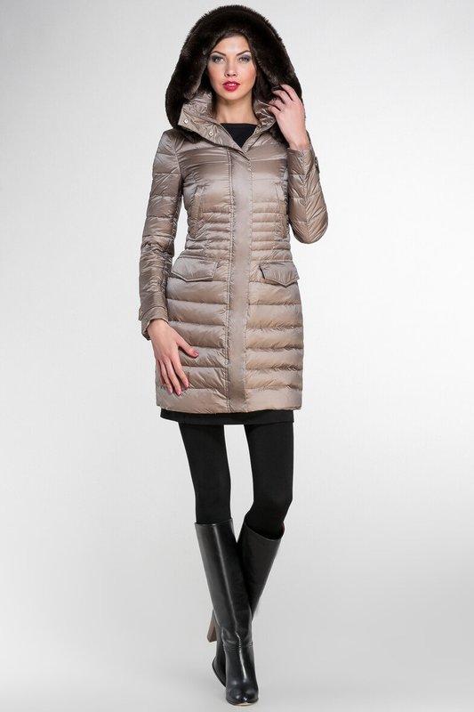 Beige gewatteerde jas met bont op de capuchon