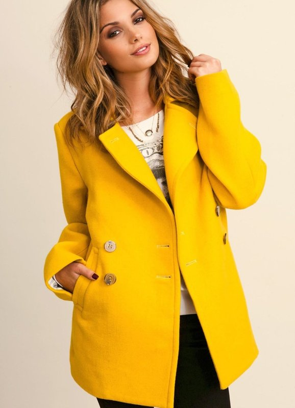 Meisje in een gele jas
