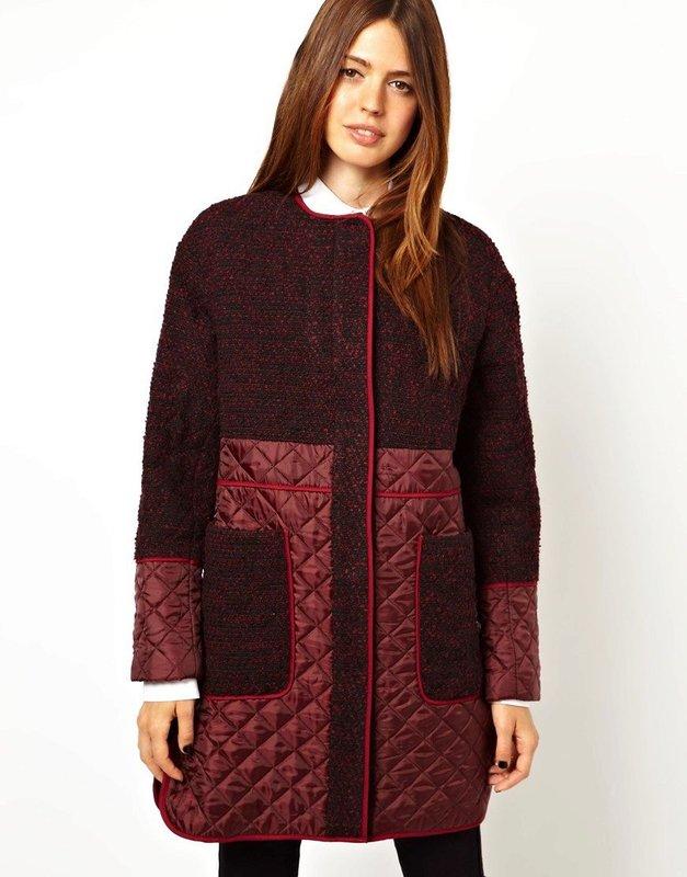 Bordeauxrode jas met gewatteerde inzetstukken op de mouwen en zoom