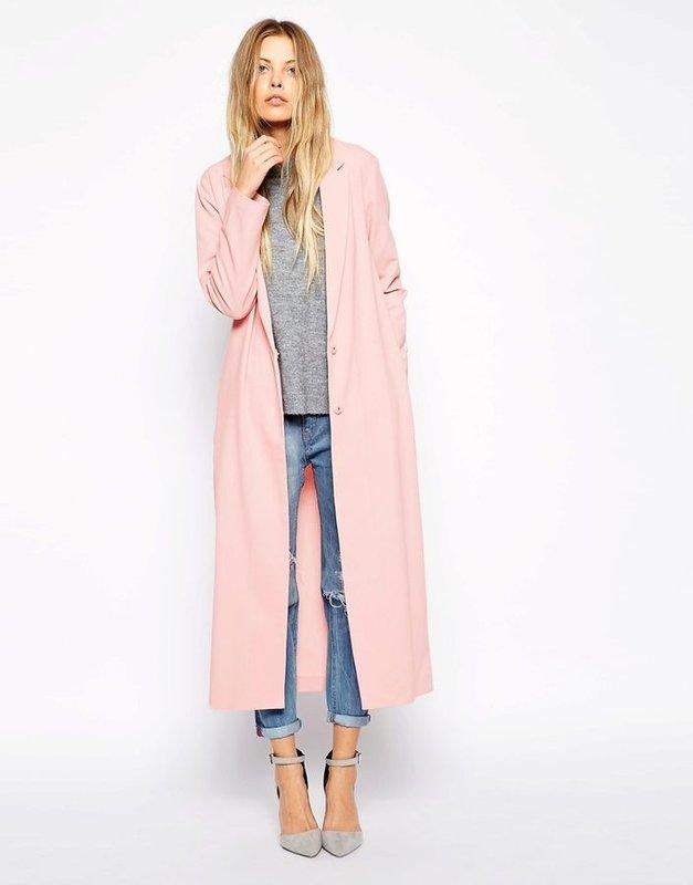 Roze overjas gecombineerd met jeans