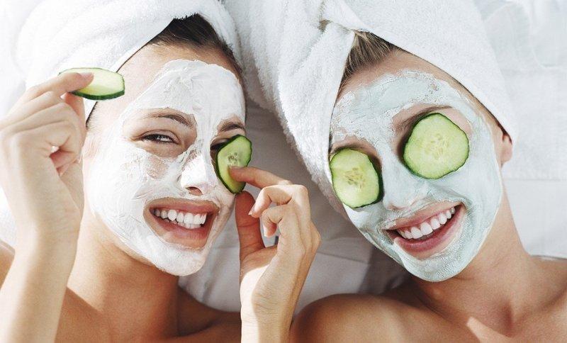 Twee meisjes met reinigingsmaskers op hun gezichten.
