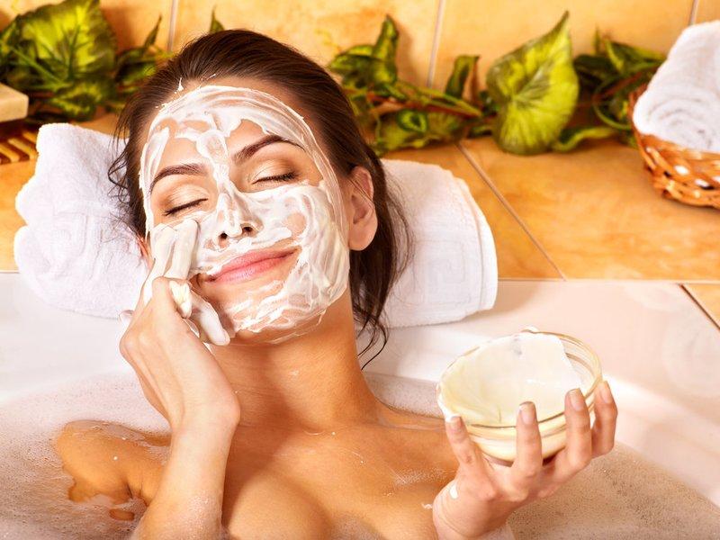 Meisje zet een reinigend masker op haar gezicht