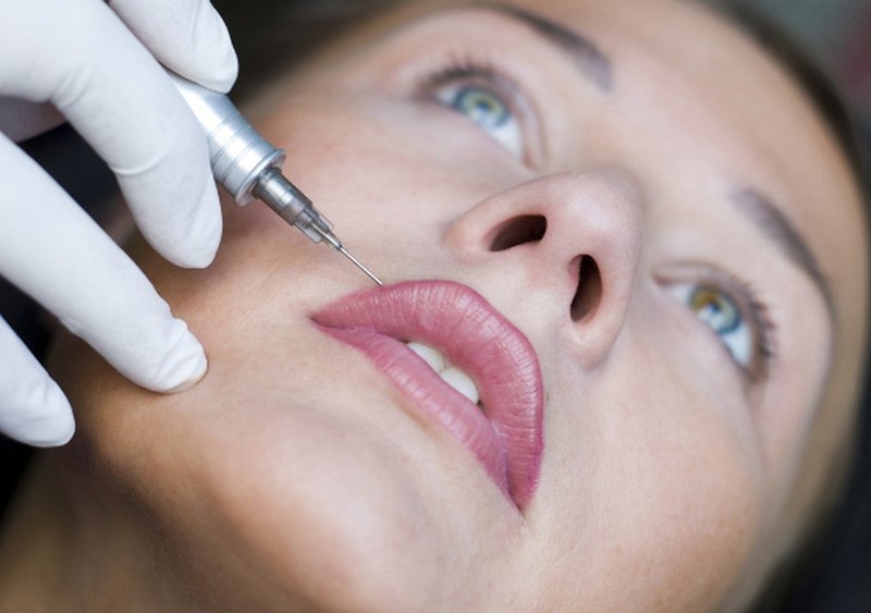 De procedure voor het aanbrengen van pigment op de lippen