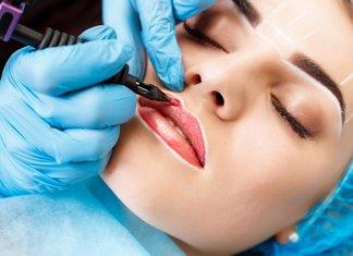 Meisje op lip tattoo