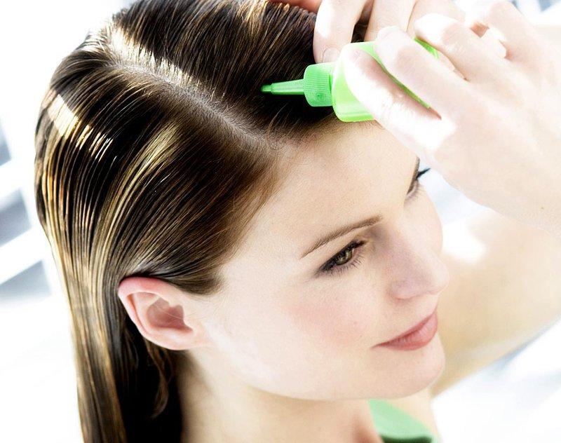 Een vitaminemix op het haar aanbrengen