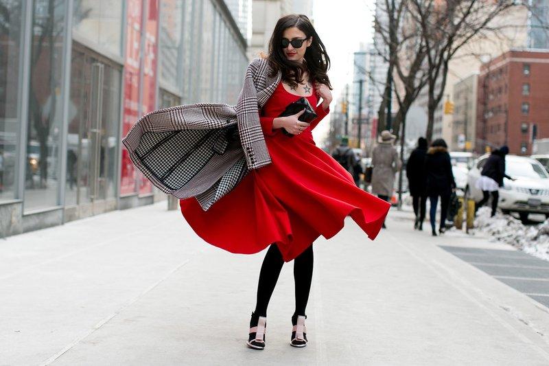Moteriška išvaizda raudona spalva