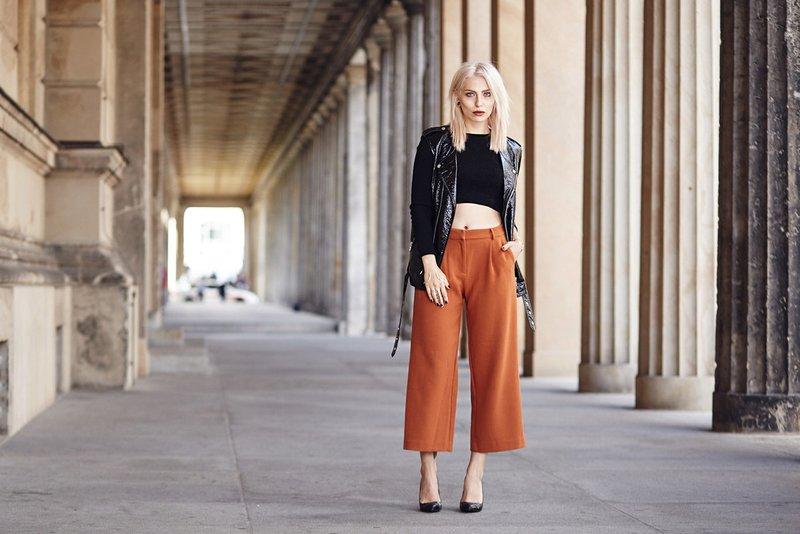 Mergaitė trumpomis kelnėmis