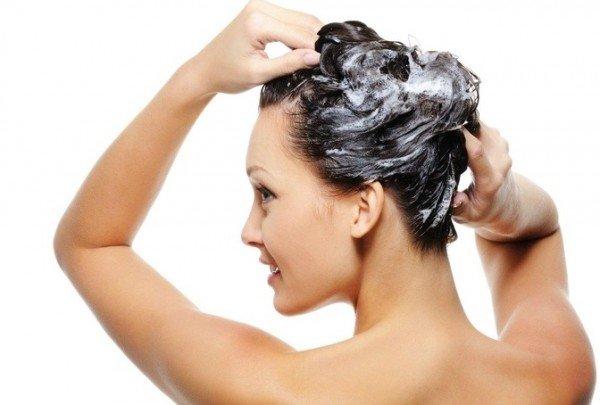 Į šampūną įpilkite nikotino rūgšties ir nusiplaunu galvą.
