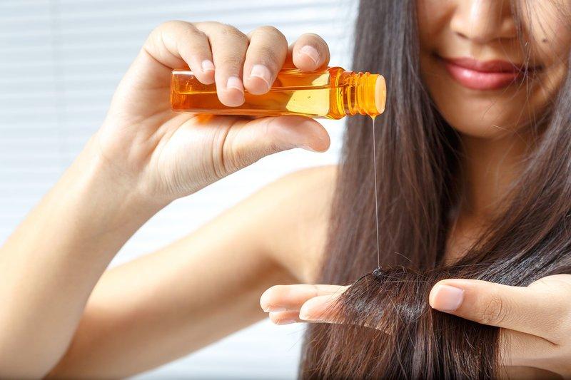 Breng jojoba-olie aan op de uiteinden van het haar