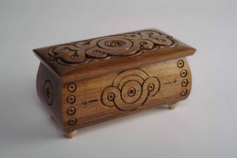 Rijkdomspreuk op een houten kist