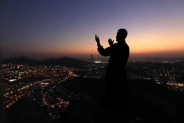 Moslim leest avondgebed