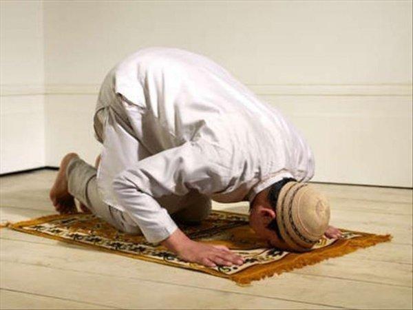 Moslimgebed knielend en buig voor de grond