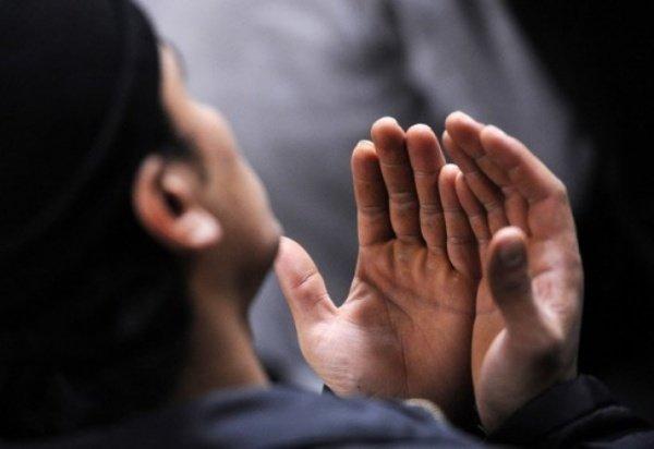 Moslim leest dua om rijkdom aan te trekken