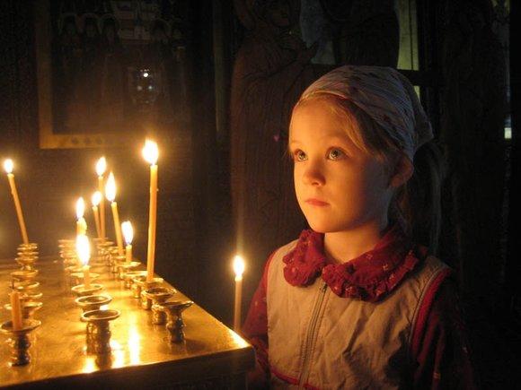 Kind bidt in de kerk
