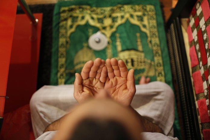 Moslim man leest de soera voordat hij naar bed gaat