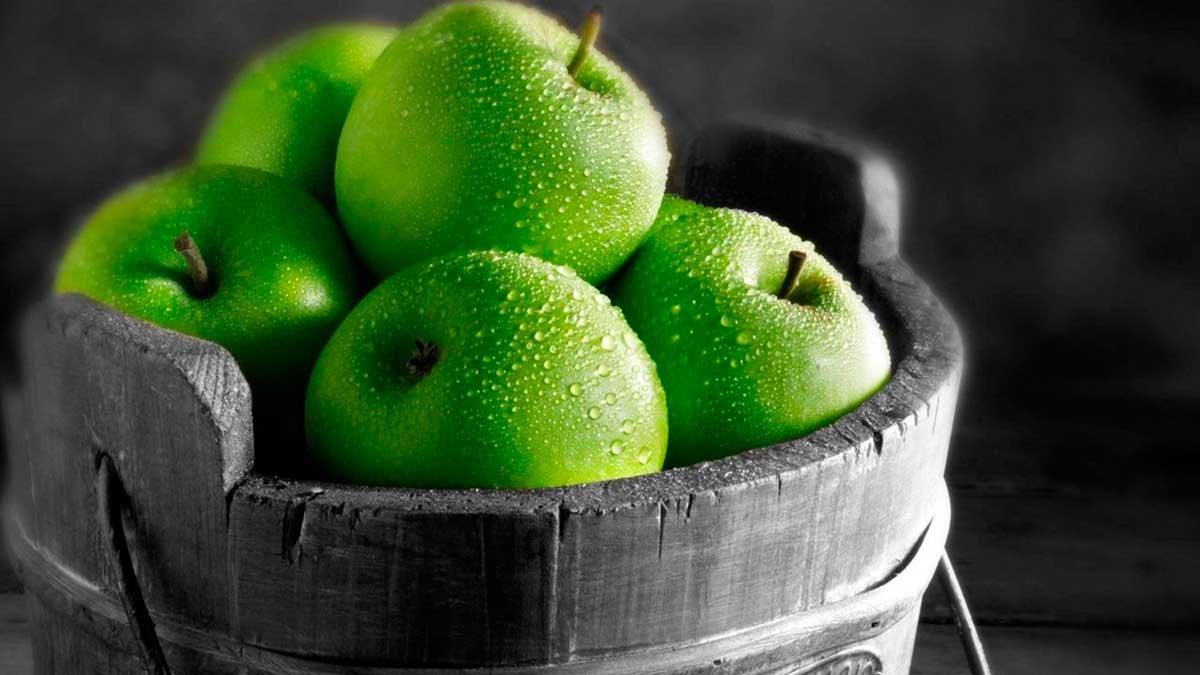 Liefdesbetovering op een groene appel