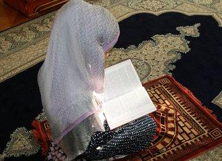 Femme musulmane en prière pour le ménage