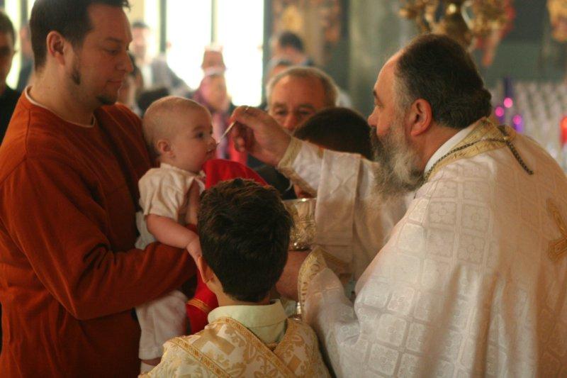 Communie van de baby in de kerk
