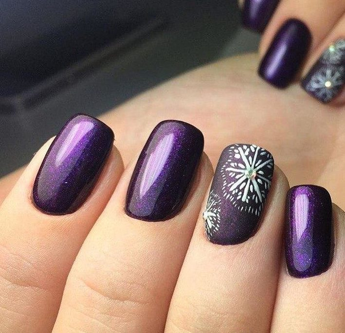 Paarse sneeuwvlok manicure
