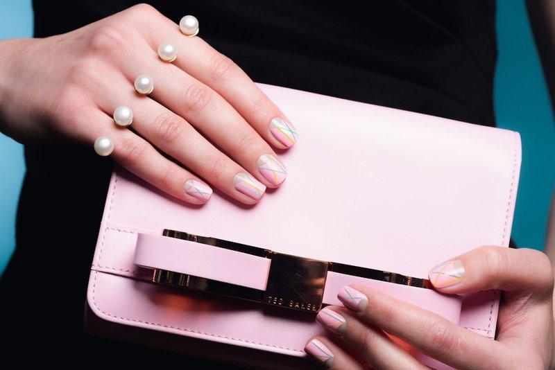 Naakte manicure met gekleurde strepen op korte nagels.