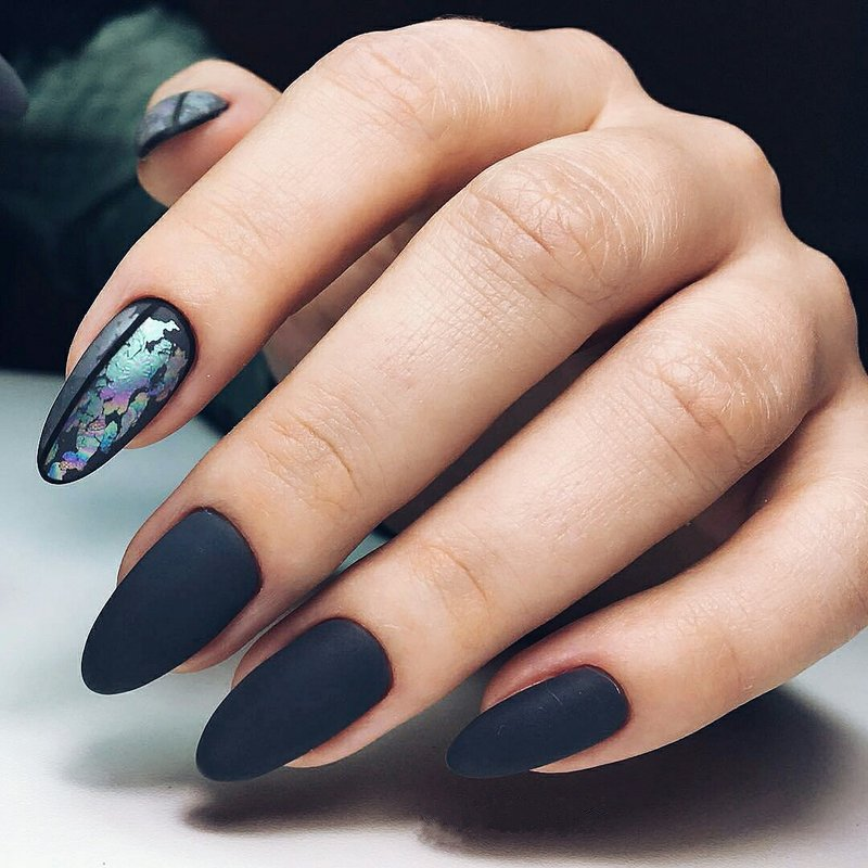 Matte manicure met accent