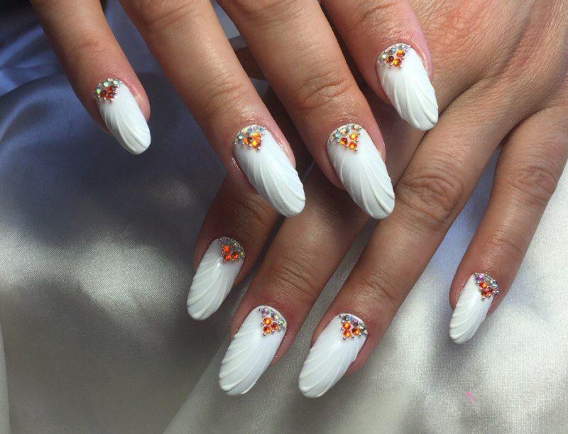 Bruiloft manicure zeeschelp met oranje steentjes