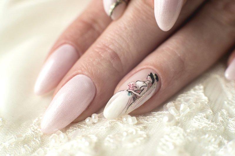 Bruiloft bleekroze manicure met een tekening van de bruid