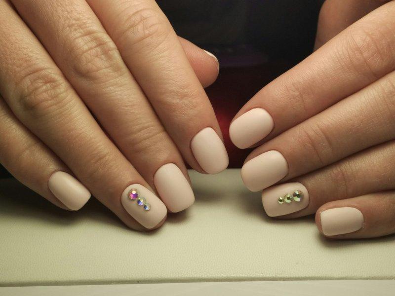Beige matte nagels met strass steentjes
