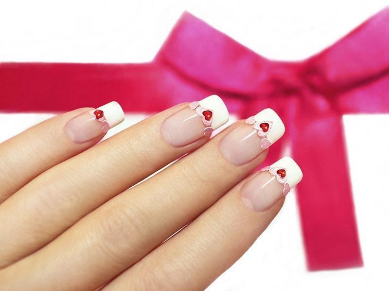 French manicure met strass steentjes en een rood hart