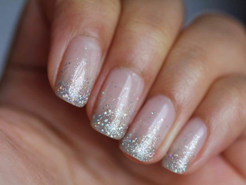Naakte manicure met zilveren glitter