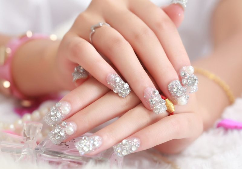 Bruiloft manicure met pailletten en strass steentjes