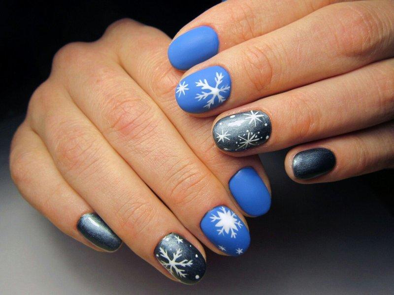 Winter manicure met sneeuwvlokken