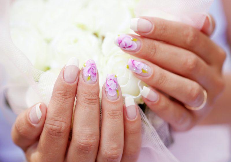 Bruiloft manicure met felle kleuren.