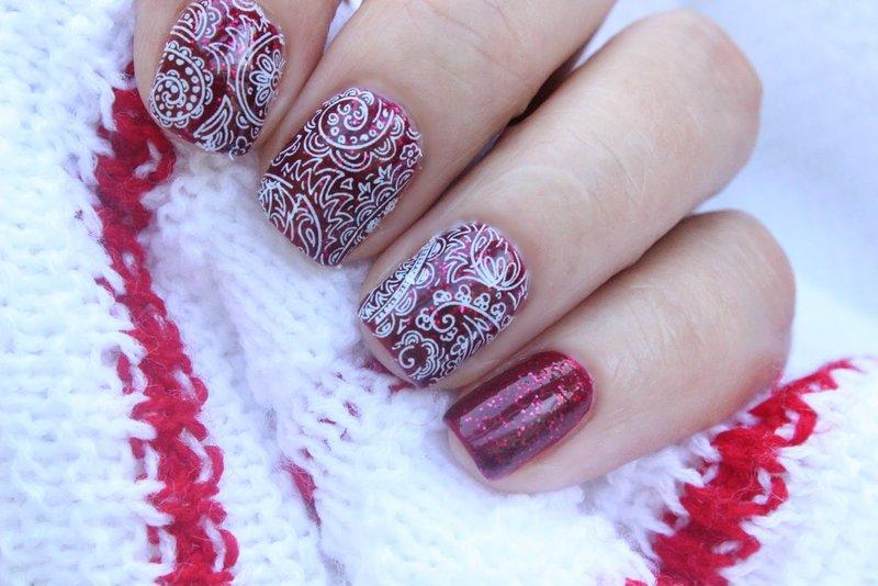 Wit kant op rode nagels met glitter