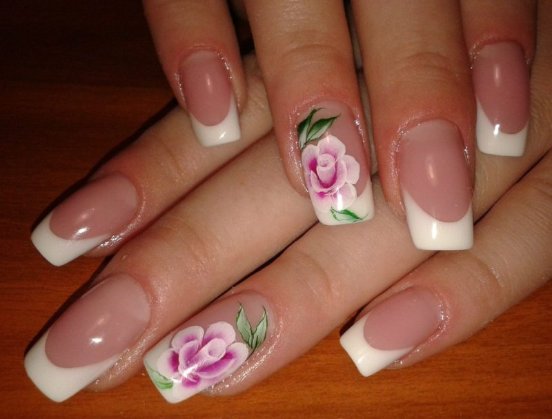 Brede trouwjas met een rozenpatroon