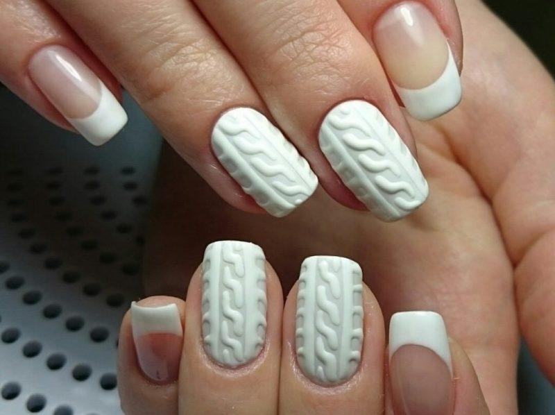 Baltas megztas manikiūras su striuke