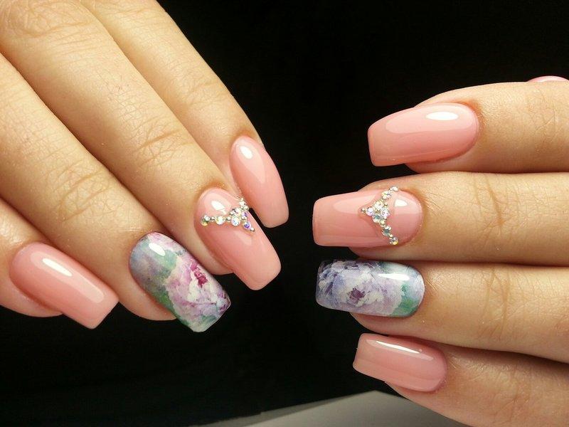 Mooi roze nagelontwerp met glijbaan en strass steentjes